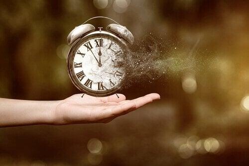 Støv fra et ur symboliserer tidsrøvere