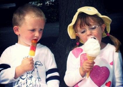To børn spiser is