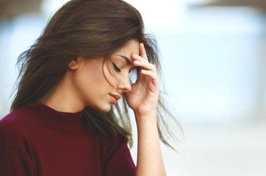 Kvinde er stresset over de forskellige tidsrøvere