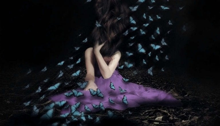 Kvinde i lilla kjole med sommerfugle flyvende omkring