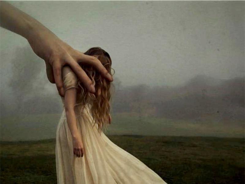 Kæmpe hånd griber ud efter kvinde i hvid kjole