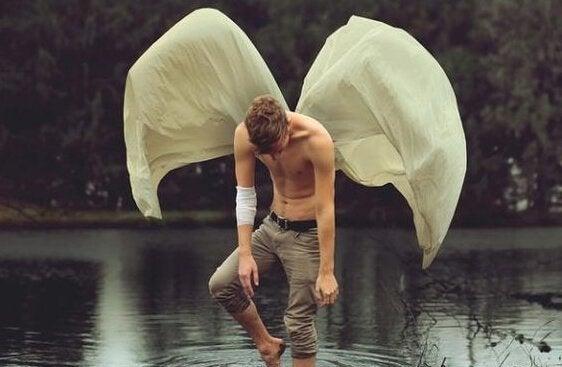 Mand med vinger anvender minimum indsats