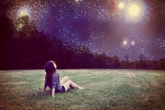 Pige nyder smuk stjernehimmel