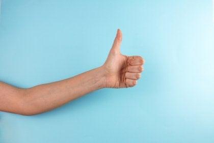 Enhver gestus tilskrives en betydning, såsom at give tommel op