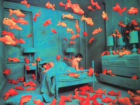 Dreng på seng, hvor guldfisk flyver rundt omkring, oplever delirium