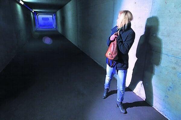 Kvinde i gang oplever paranoid skizofreni