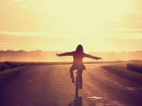 Person på cykel nyder følelser forbundet med lykke