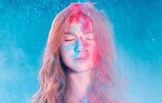 Kvinde med rødt og blåt pulver