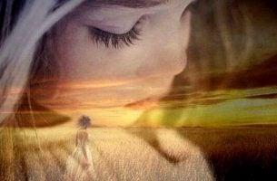 Piges ansigt og kvinde på mark symboliserer at tilgive og komme videre fra fortiden