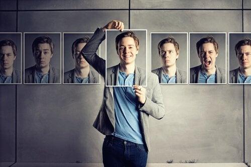 Mand vælger ansigtsudtryk fra billeder
