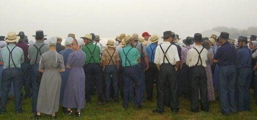 Amish folk står samlet