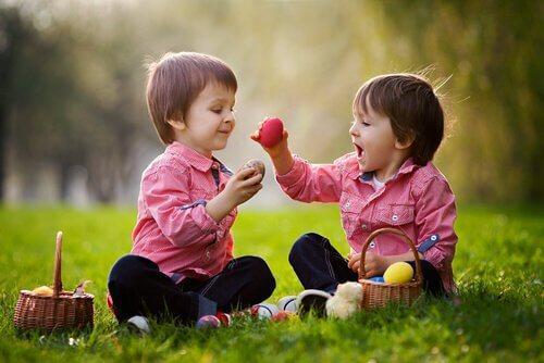Børn leger på græsplænen og øver sociale færdigheder hos børn