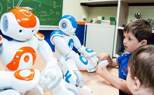 Børn og robotter ved et bord