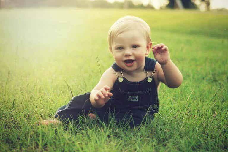 Milepæle i babys udvikling mellem 7 og 8 måneder