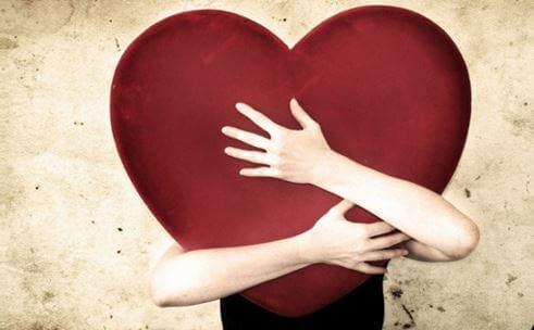 et hjerte får et kram