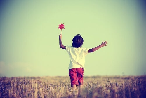 Uafhængigt barn går glad ud i livet