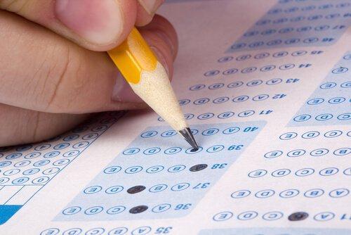 Blyant udfylder et eksamspapir
