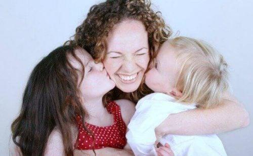 Børn kysser mor for at udtrykke venlighed
