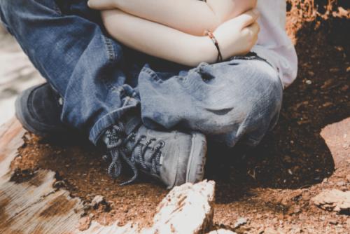 Barn der krammer sig selv