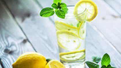 Derfor bør du drikke varmt vand med citron om morgenen