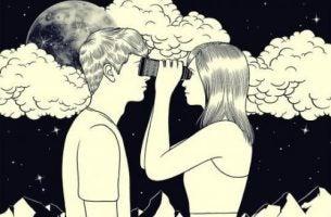 Et par der kigger på hinanden med en kiggert