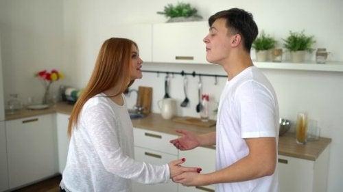 Et par i et forhold der snakker