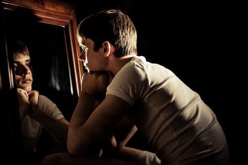 tænksom dreng foran spejl