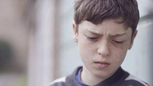 Trist dreng som følge af chikane i familien