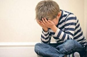 Barn græder som følge af chikane i familien