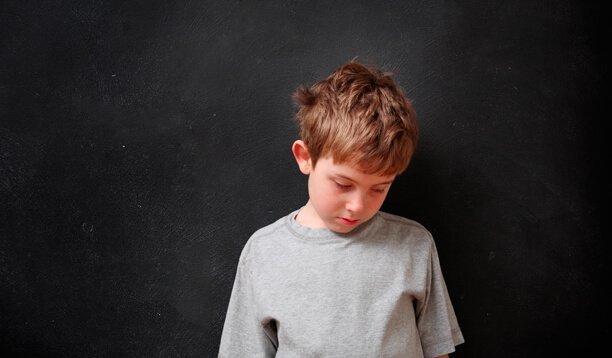en dreng er ked af det som et resultat af at råbe af børn