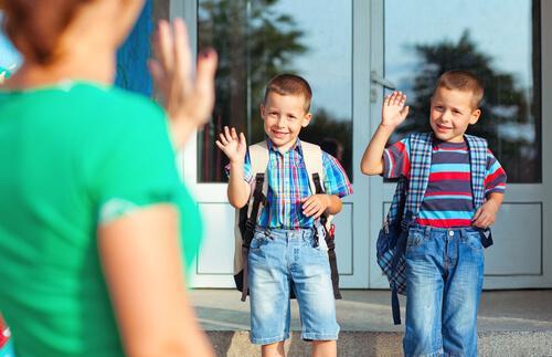 To drenge vinker farvel til deres mor