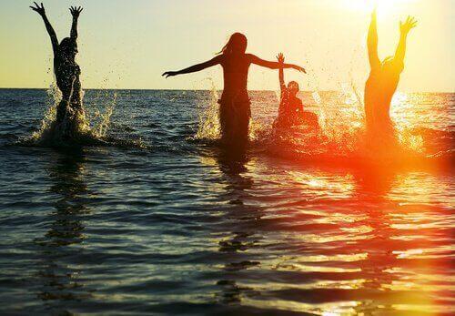 venner fester i havet, men én føler sig ensom midt i mængden