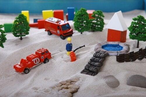 Ved sandkasseterapi skal klienten frit placere forskellige figurer i en sandkasse