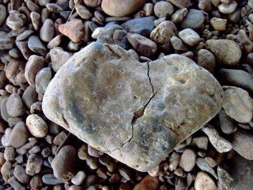 Sten i form af et brudt hjerte