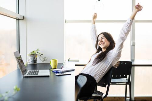 Glad kvinde på arbejde