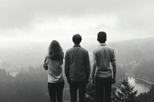 En gruppe venner kigger ned over en dal i tågen