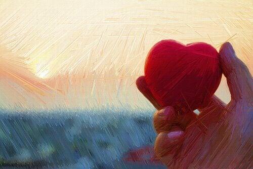 Maleri af hånd, der holder hjerte