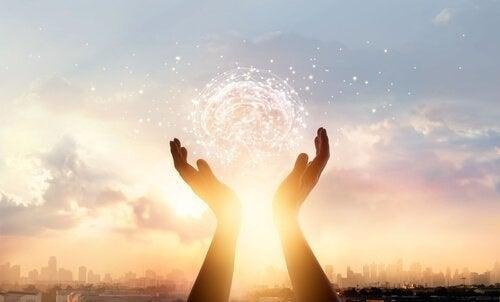 To hænder der holdes op som om de holder solen