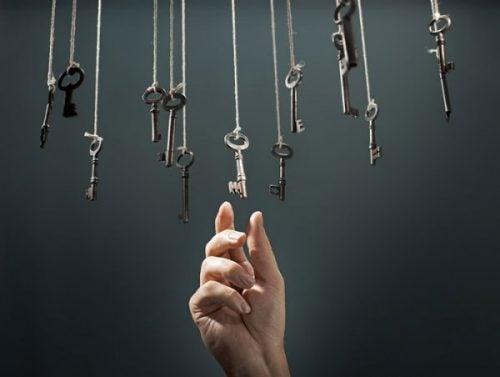 Hånd rækker ud mod nøgle ved hjælp af intuitiv tænkning