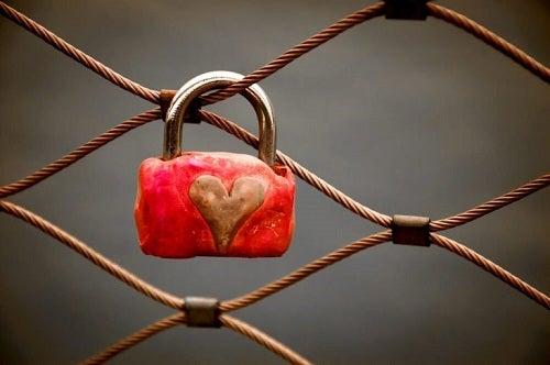 En hængelås med et hjerte på