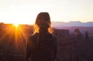 Person står alene på grund af indadvendthed med høj angst