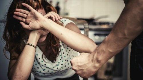 Kvinde lider under kønsbestemt vold