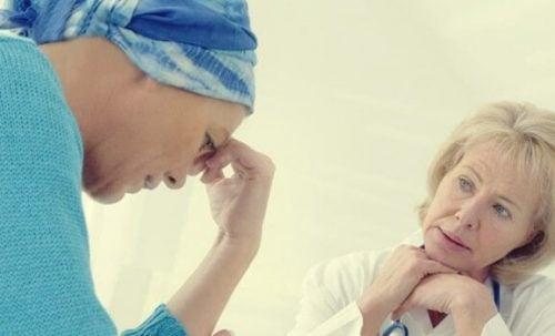 Kræftpatient taler med læge om kemohjerne