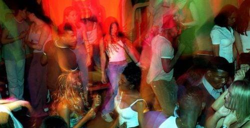 Folk danser på en natklub