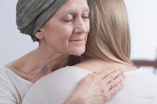 Kræftpatient krammer en kvinde