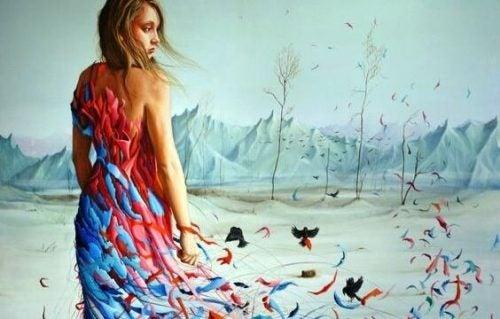 Kvinde med blå og røde fugle som kjole