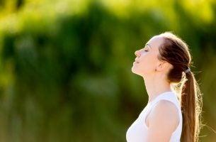 Kvinde anvender beroligende vejrtrækningsøvelser
