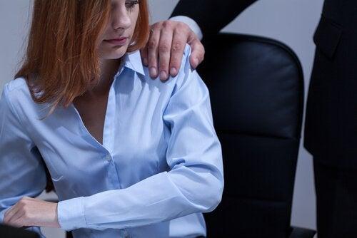 Kvinde der er udsat for kønsbestemt vold