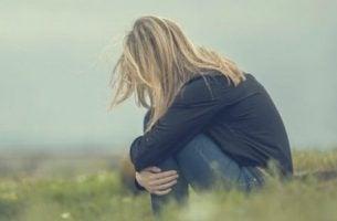 Kvinde oplever følelsesmæssig usikkerhed