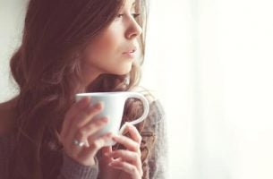 kvinde med en varm kop beroligende te
